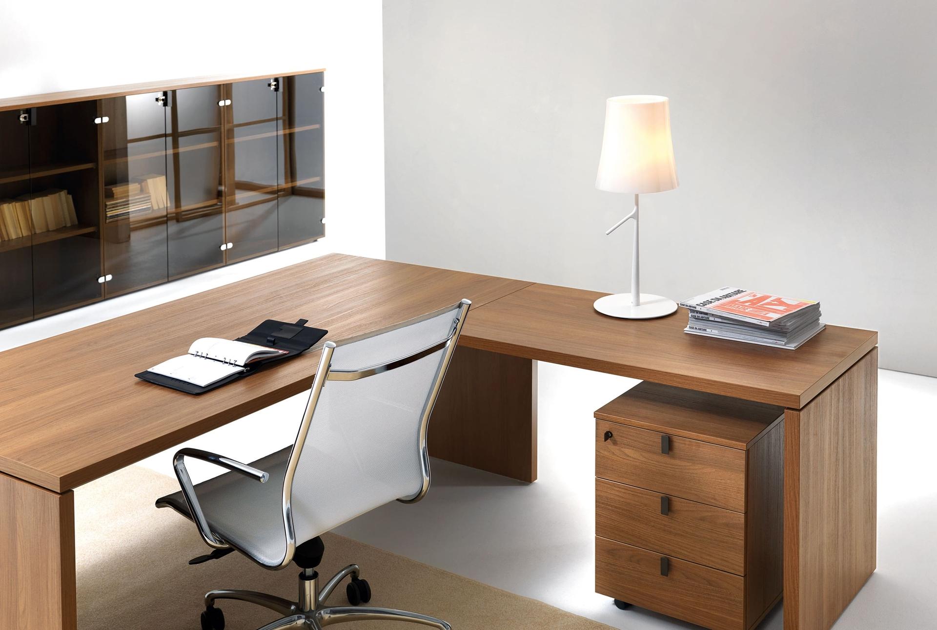 Угловой стол - отличное решение для маленького офиса